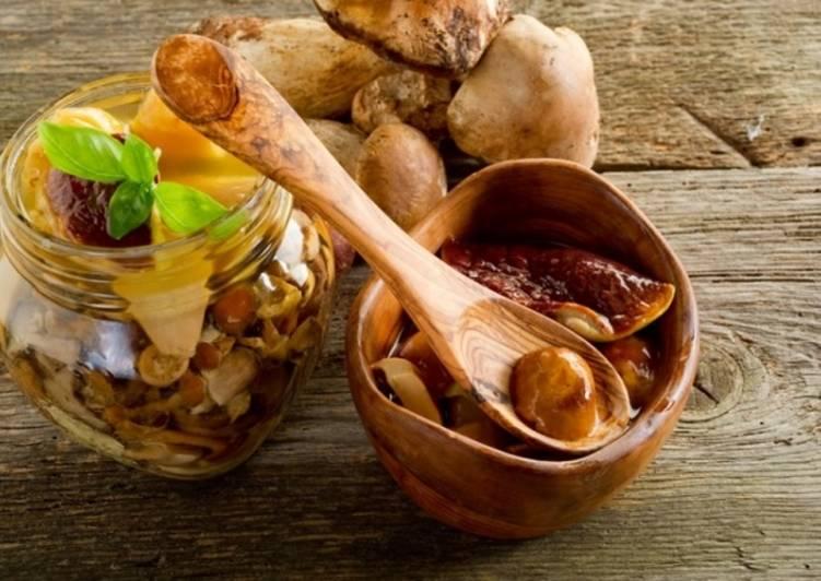 Маринованные белые грибы с луком