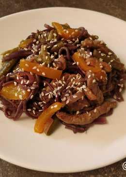Свинина с овощами и чёрной рисовой лапшой