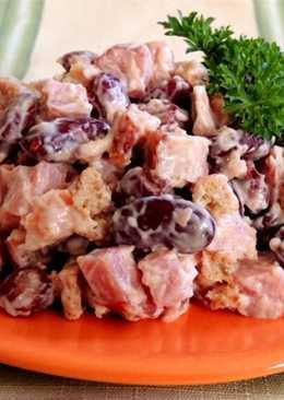 Салат с фасолью и сухариками и колбасой