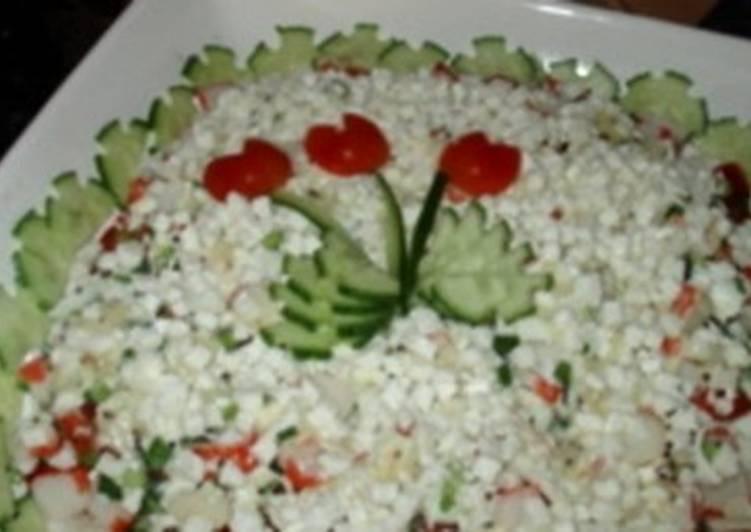 Салат новогодний с крабовыми палочками и брынзой