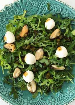 Легкий салат с мидиями и моцарелой