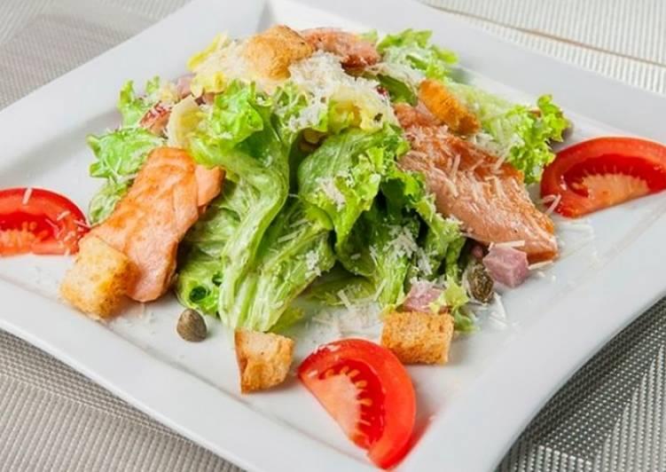 салат цезарь с соленой красной рыбой рецепт