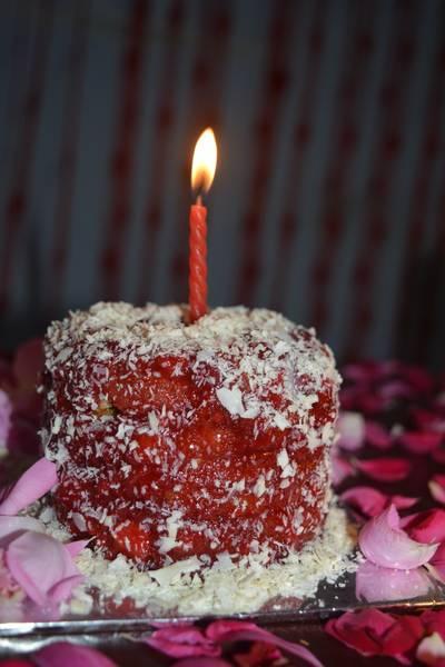 कॉफ़ी चॉकलेटस्ट्रॉबेरी केक (एग्ग्लेस)