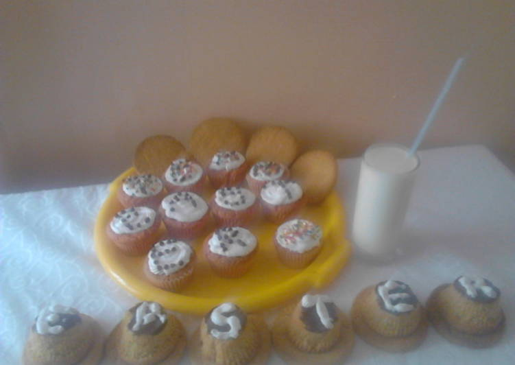 Cupcakes with cookies,served with fresh milk