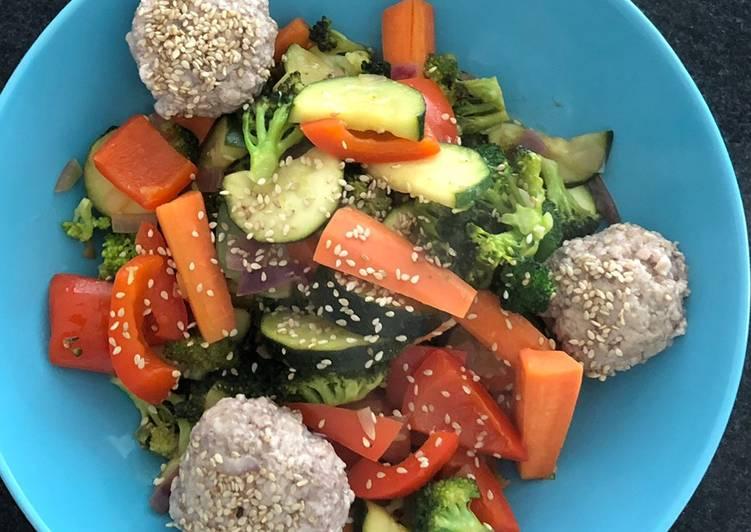 Thai-Gemüsepfanne mit Sesam-Hackbällchen
