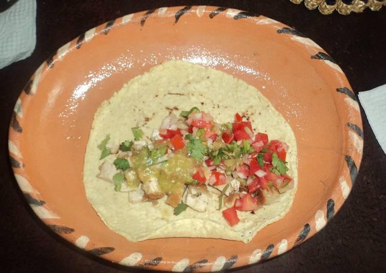 Tacos de aldilla de cerdo a la mexicana las Correa con guacamole de frutas