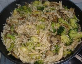 Brócoli, arroz, pollo y champiñones aromatizado con salsa de soja