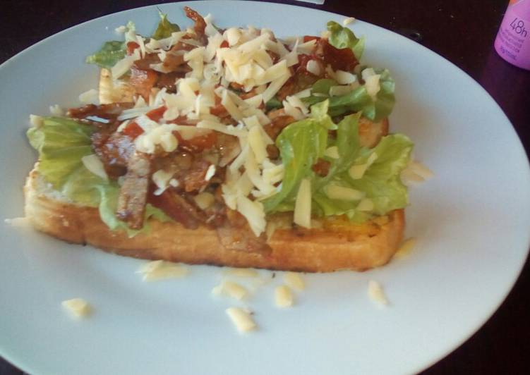 Tiger bread toast with roast beef and tomatoes