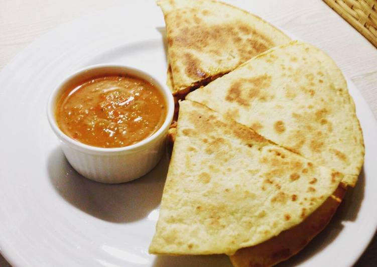 How to Prepare Appetizing Chicken Quesadillas with salsa