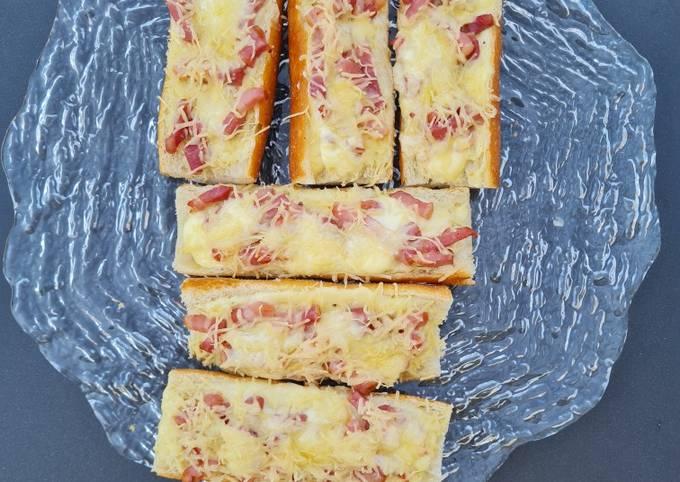 Baguettes guarnies crème/lardons/gruyère