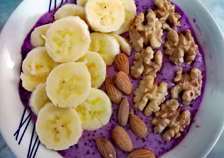 Smoothie bowl de plátano, yogurt, almendras y nueces