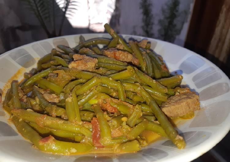 Haricots verts en sauce rouge :)