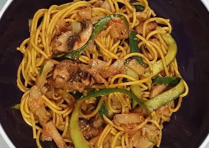 Spaghetti de courgettes/ quinoa curry aux champignons et tomates