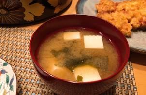 Súp Miso cổ điển Nhật Bản với đậu phụ