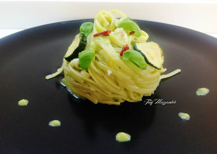 Trenette con orata, crema di zucchine e basilico, e zucchine fritte