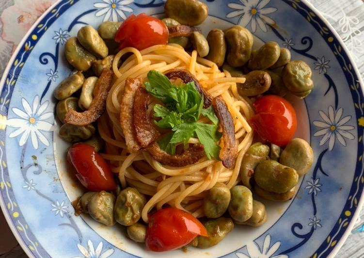 Spaghetti con fave, pomodorini e pancetta croccante