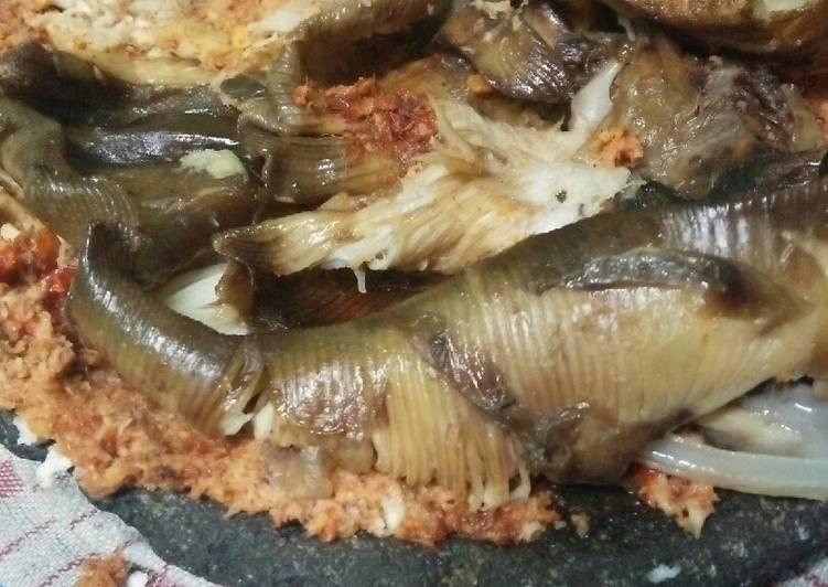 Panggang Pe(Ikan Pari Asap) Sambel Kelapa