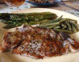 Chuleta de cerdo a la parrilla con verduras a la mantequilla