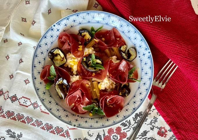 Insalata di pasta con melanzane, bresaola e fiocchi di latte