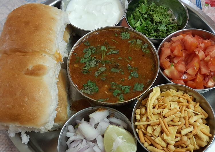 How to Make Recipe of Sprouted spicy 🔥 kolhapuri misal pav