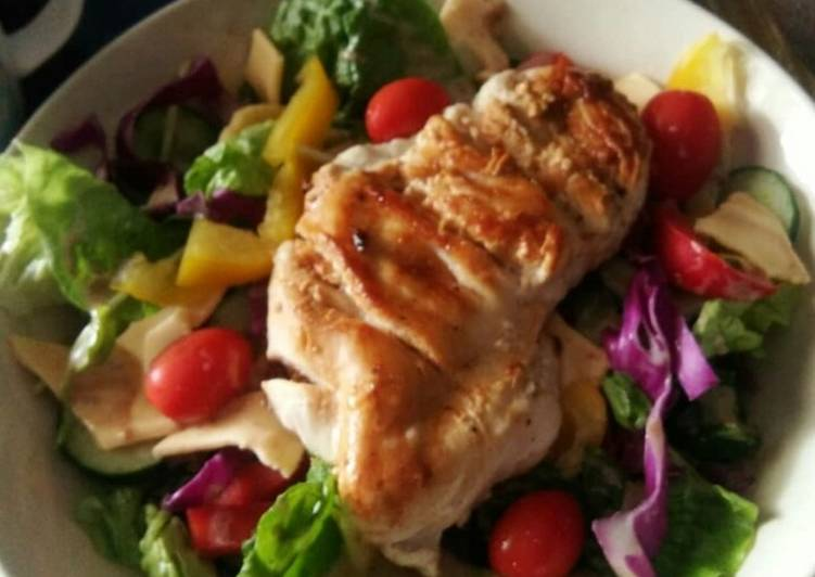 Grilled chicken breast with mixed salad