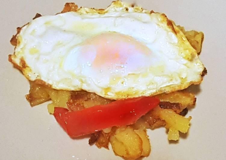 Huevos fritos con patatas pochadas y pimientos dulces