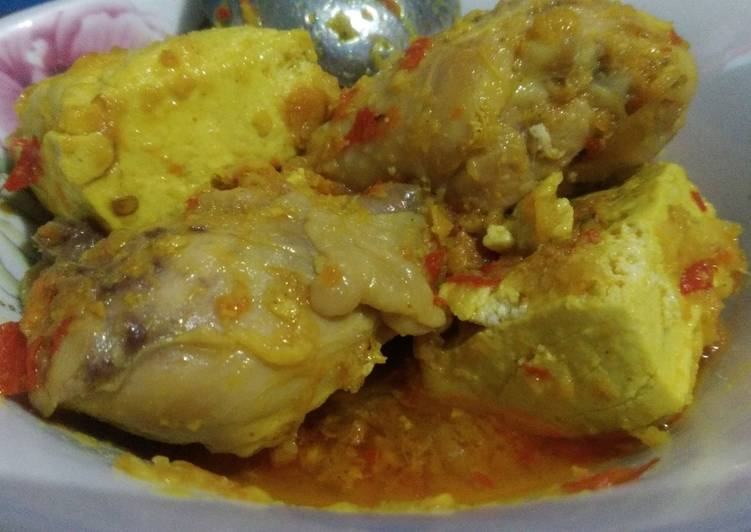 Tahu dan Paha Ayam Berkuah Pedasnya Pas Tanpa Santan