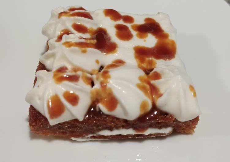 Tarta de caramelo Salado con frosting de nata y merengue