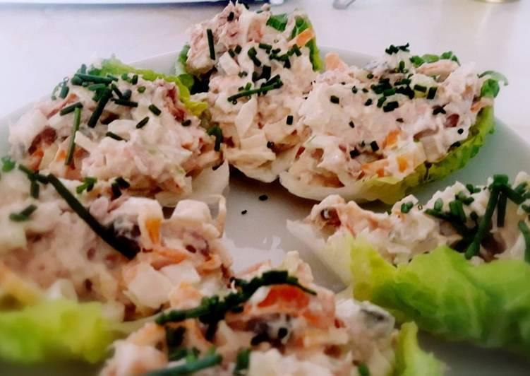 Cogollos rellenos de ensalada de surimi y atún