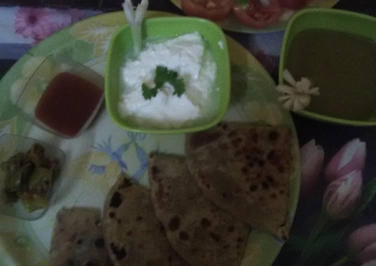 Muli ka paratha with salad, curd, tomatoe chutney & dhaniya chutney