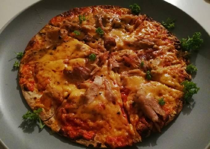 Tortilla base chicken & tomato pizza