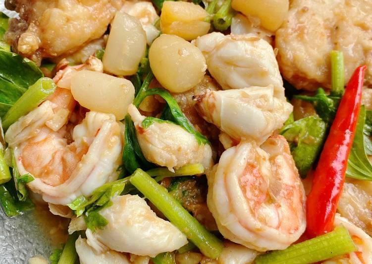 กุ้งหอยปูปลาผัดขึ้นฉ่าย 🦐 🦪 🦀 🐟 / Stir seafood with celery