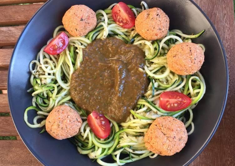 Spaghetti de courgettes crues, sauce napolitaine crue et boulette de tofu rosso