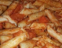 Macarrones integrales con tomate y picada de ternera