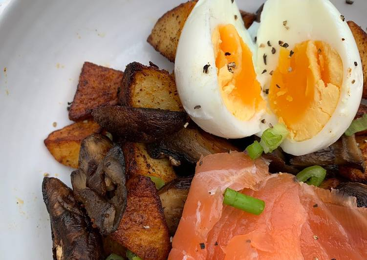 Tatties with mushrooms, smoked salmon and boiled egg 😃
