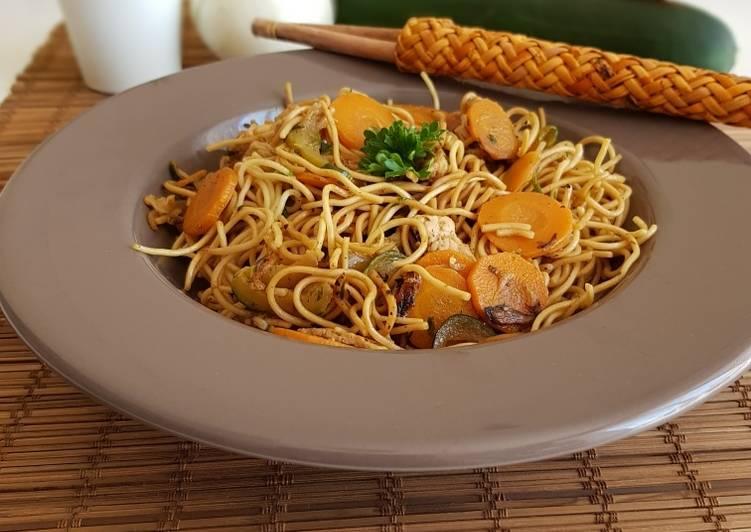 Wok nouilles sautées à la dinde et petits légumes