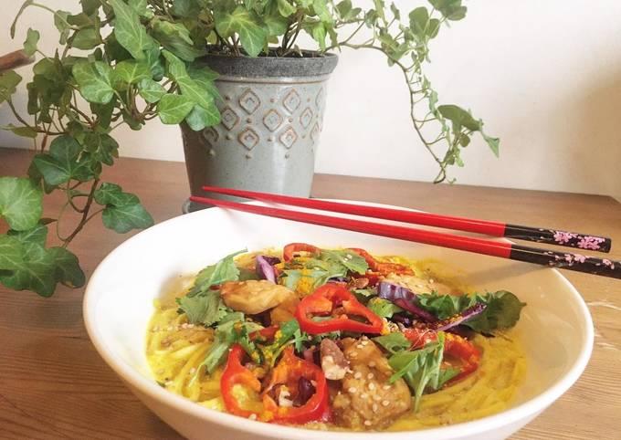 Soupe Thaï aux nouilles, légumes et poulet