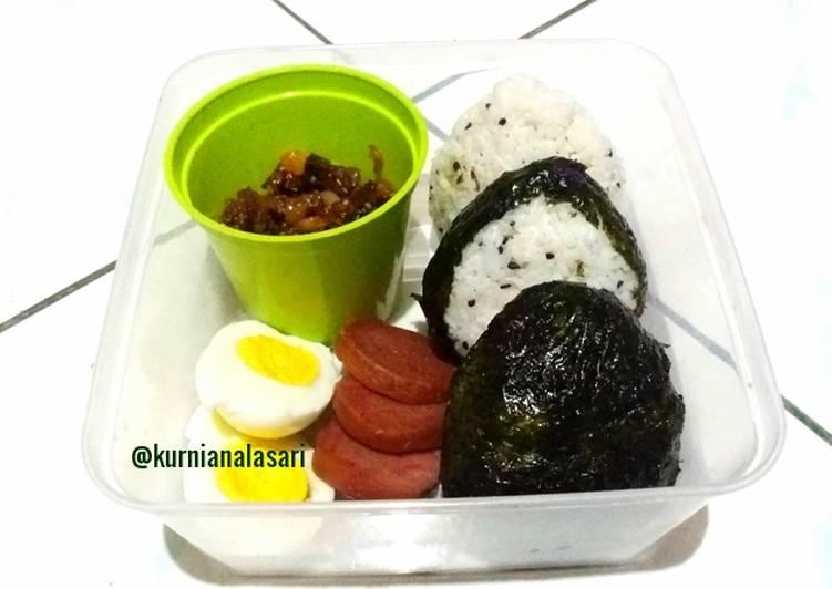 Bagaimana Menyiapkan Onigiri (nasi kepal) isi daging, bekal simple yang Enak Banget