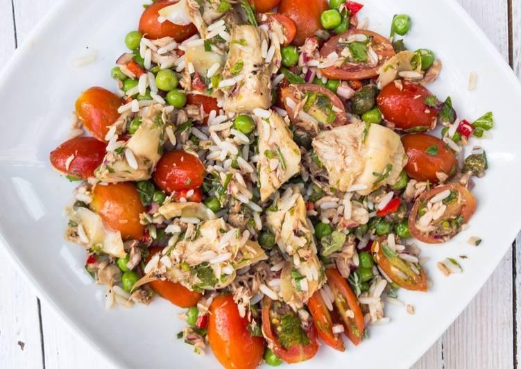 Italienischer Reis-Salat mit Artischocken und frischen Kräutern