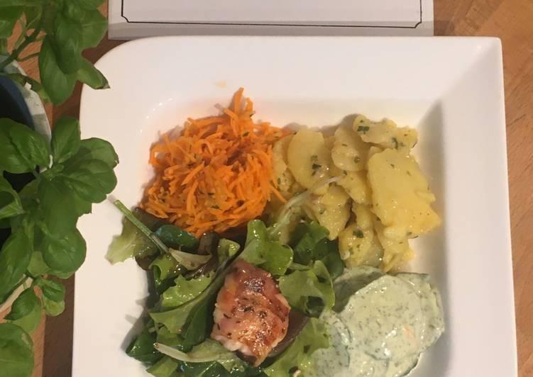 Frischer bunter Salatteller mit Ziegenkäsetaler