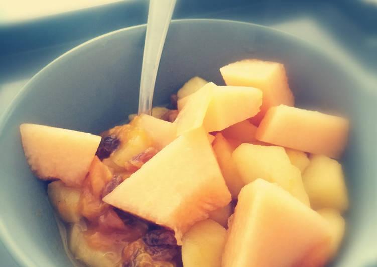Abricots, pommes, raisins secs et melon frais