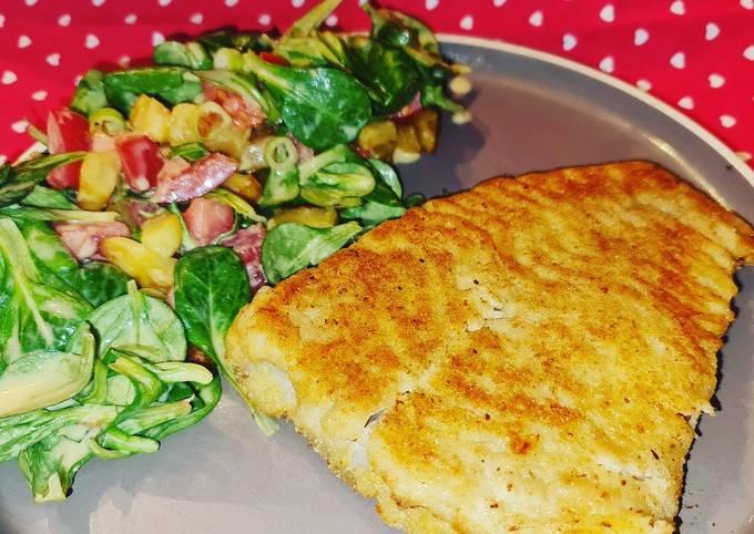 Panierter Fisch mit Bratkartoffel Feldsalat