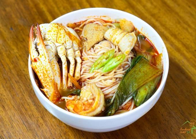 Jjampong (Korean Spicy Seafood Noodle Soup)