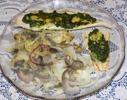 Filet de merluza a la plancha con pesto de espinacas y cebollas