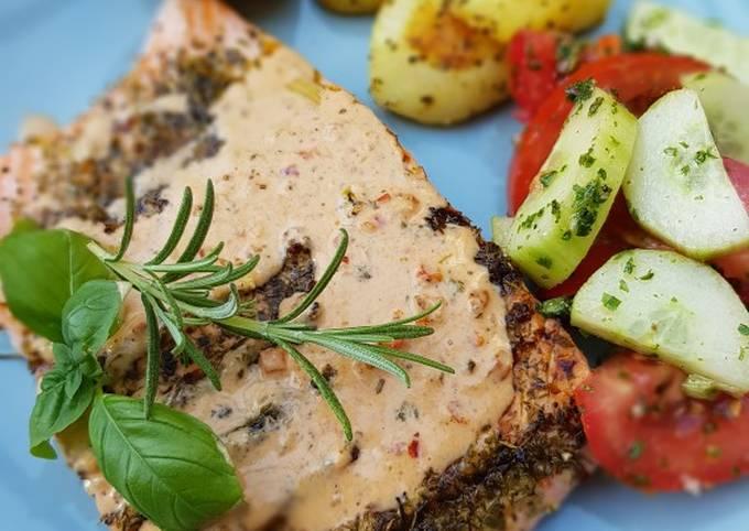Lachs vom Grill mit Backartoffeln u. mediterraner Soße