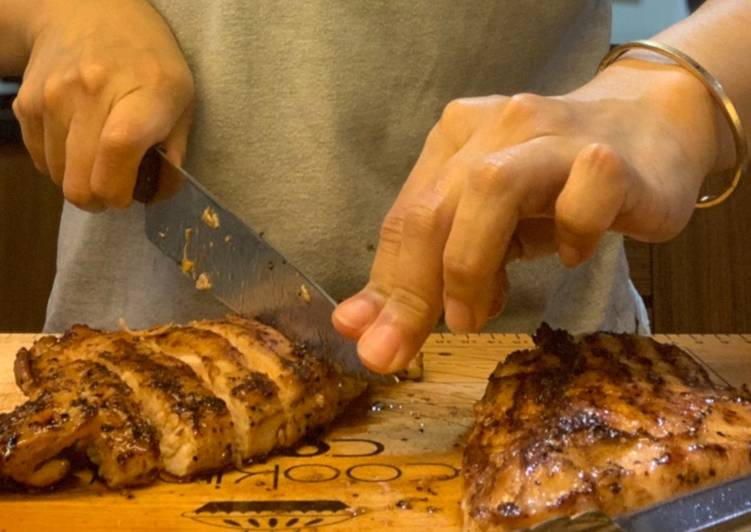 Dada Ayam Panggang dengan saos krim jamur