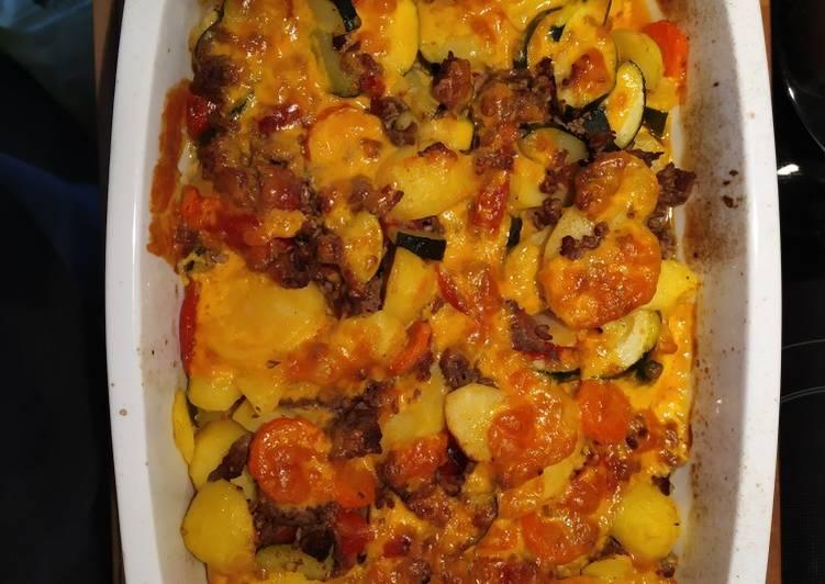 Überbackene Kartoffeln mit Hackfleisch und Gemüse