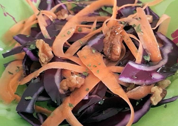 Salade de choux, carottes, noix et miel