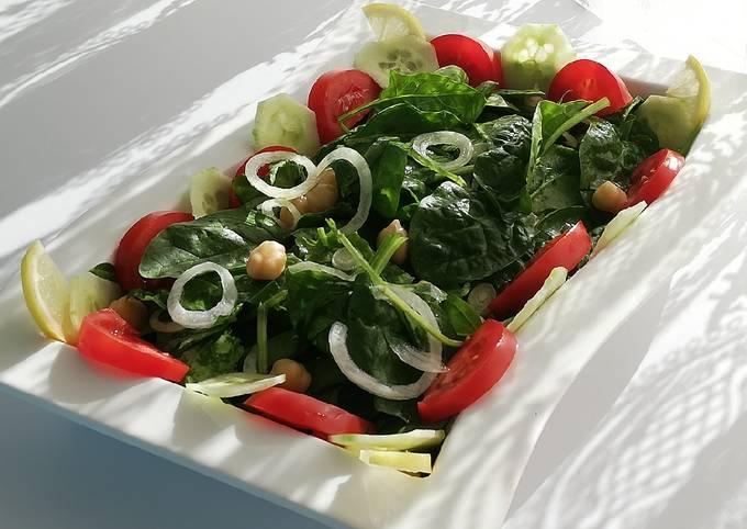 Salade composée de pousses d'épinard