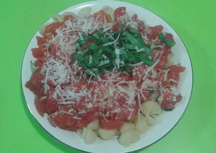 Tiburones con salsa napolitana, albahaca fresca y queso parmesano 🇮🇹